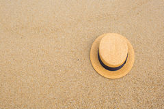 Straw hat on the shore of a beach Royalty Free Stock Photography