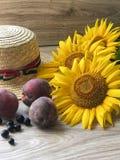 Straw Hat solrosor på tabellen fotografering för bildbyråer