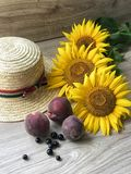 Straw Hat solrosor på tabellen royaltyfri fotografi