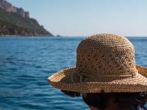 Straw Hat: Solskydd i sommar Tid nära havet Royaltyfria Foton