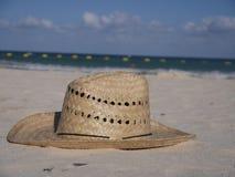 Straw Hat am Strand Stockbild