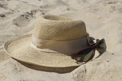 Straw hat and sunglasses Royalty Free Stock Photos