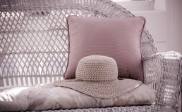 Straw Hat sur Loveseat en osier Photographie stock