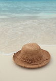 Straw hat on tropical island Royalty Free Stock Photos