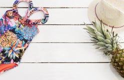 Straw Hat tropisk tryckbaddräkt, ananas Vit gammal träbakgrund fotografering för bildbyråer