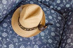 Straw Hat und Pfeife stockfoto