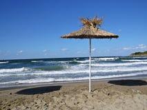 Straw Parasol Umbrella på Sandy Beach During Exotic Vacation fotografering för bildbyråer