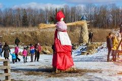 Straw Scarecrow av Shrovetide, innan att bränna Royaltyfria Foton