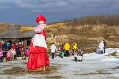 Straw Scarecrow av Shrovetide, innan att bränna Arkivfoto