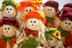 Straw Scarecrow Dolls Lined Up coloré Image libre de droits