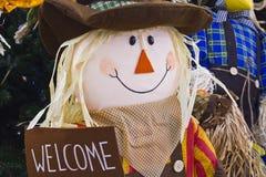 Straw Scarecrow Welcoming Fall och höst Arkivbilder