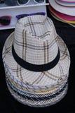 Straw Summer Hats des hommes dans un magasin à un marché Images libres de droits