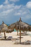 Straw Umbrellas sur la plage d'Aruba Images libres de droits