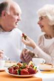 Strawbberries zum Nachtisch für Paare in der Liebe Stockfoto