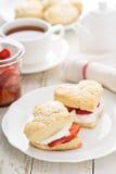 Strawbbery shortcakes med piskad kräm Arkivbilder