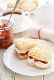Strawbbery shortcakes med piskad kräm Royaltyfri Fotografi