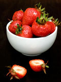 Strawberies dans une cuvette Photo libre de droits