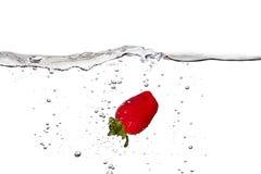 Strawberrie fresco en el agua aislada en el fondo blanco Fotografía de archivo