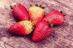 Strawberrie orgânico na madeira Foto de Stock