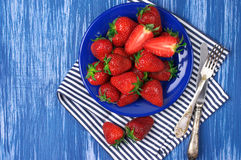 Strawberries in blue plate Royalty Free Stock Photography