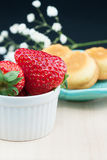 Strawberries and cakes. Some fresh strawberries and some little cakes Royalty Free Stock Photos