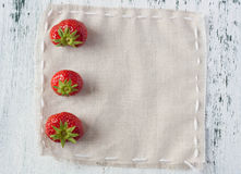 Strawberries on linen Stock Photography
