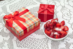 STRAWBERRIES SWEET FRUIT RED GIFT BOX BOW Royalty Free Stock Photos