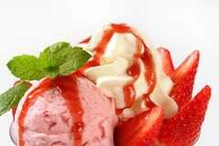 Strawberry ice cream sundae Royalty Free Stock Photos