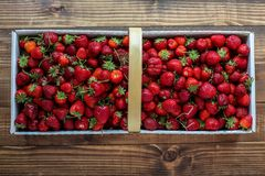 Strawberry inside paper basket Royalty Free Stock Photos