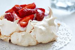 Free Strawberry Pavlova Cake Stock Photography - 31929282