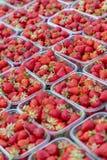 Strawberry& x27 ; s à un marché photographie stock libre de droits