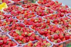 Strawberry& x27; s bij een markt Stock Afbeelding
