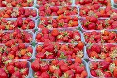 Strawberry& x27; s en un mercado fotografía de archivo