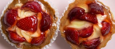 Strawberry vanilla cream cheese tarts on pink plate, overhead view. From above, top view. Close-up royalty free stock photos
