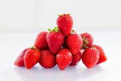 Strawberryes σε ένα άσπρο υπόβαθρο με την αντανάκλαση στοκ φωτογραφία με δικαίωμα ελεύθερης χρήσης