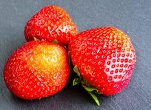 Strawberryes στο ξύλινο σκοτεινό υπόβαθρο στοκ εικόνα με δικαίωμα ελεύθερης χρήσης