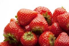 strawberrys堆在白色的 库存图片