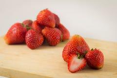 Strawberrys auf Holz auf weißem Hintergrund Stockfotografie