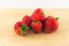 Strawberrys auf Holz auf weißem Hintergrund Lizenzfreies Stockbild