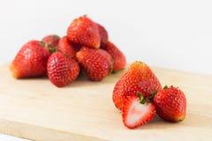 Strawberrys auf Holz auf weißem Hintergrund Lizenzfreie Stockbilder