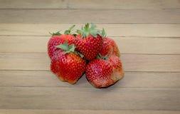 Strawberrys-Beeren in einem Korb auf dem Bretterboden Lizenzfreie Stockfotografie