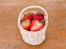 Strawberrys dans le panier sur le fond en bois Images stock