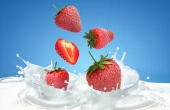 Strawberrys e respingo do leite Imagens de Stock