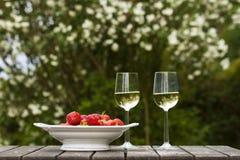 Strawberrys e vino bianco Immagine Stock