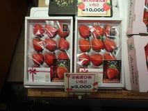 Strawberrys i en japansk marknad royaltyfri bild