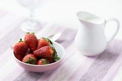 Strawberrys na bacia Imagem de Stock