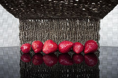Strawberrys på den glansiga tabellen Arkivbilder