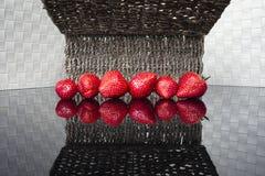 Strawberrys på den glansiga tabellen Royaltyfri Foto