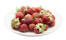 Strawberrys rouges du plat. D'isolement Images stock