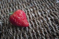 Strawberrys sulla superficie del pizzo Fotografia Stock Libera da Diritti
